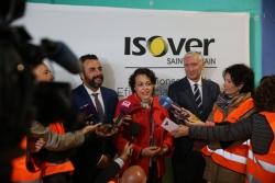 La Ministra de trabajo en funciones, Magdalena Valerio, visita las nuevas instalaciones de la fábrica de ISOVER en Azuqueca de Henares